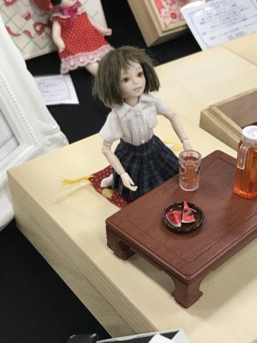 座卓の前に座る人形